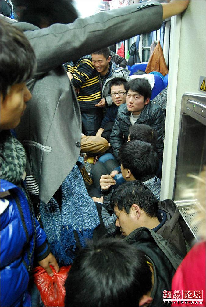 Тлпой в поезде 4 фотография